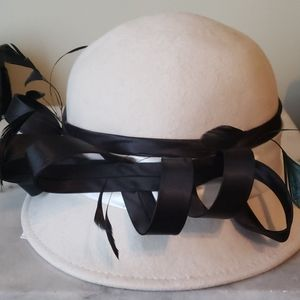 GORGOEUS HAT WITH SILK RIBBON AND FEATHER DETAIL